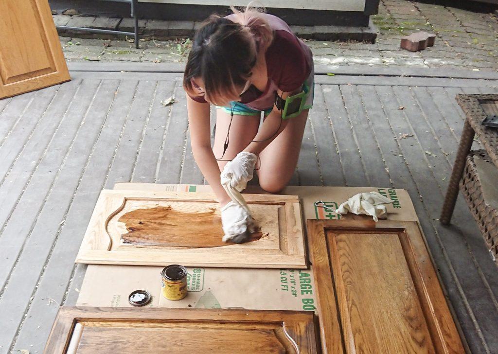 staining door Minwax Wood Finish deep walnut stain oak wood cabinets Montreal lifestyle DIY blog