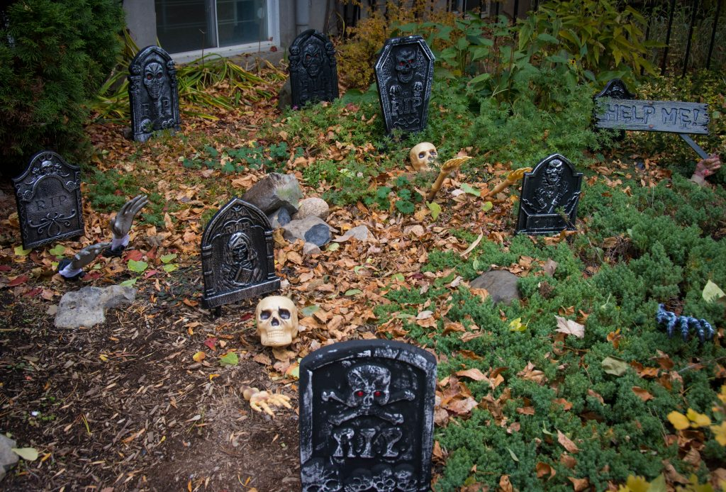 cemetery outdoor Halloween decor Montreal lifestyle blog