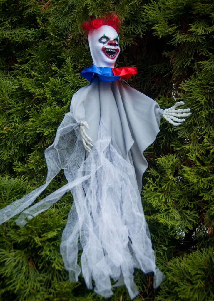 hanging clown outdoor Halloween decor Montreal lifestyle blog