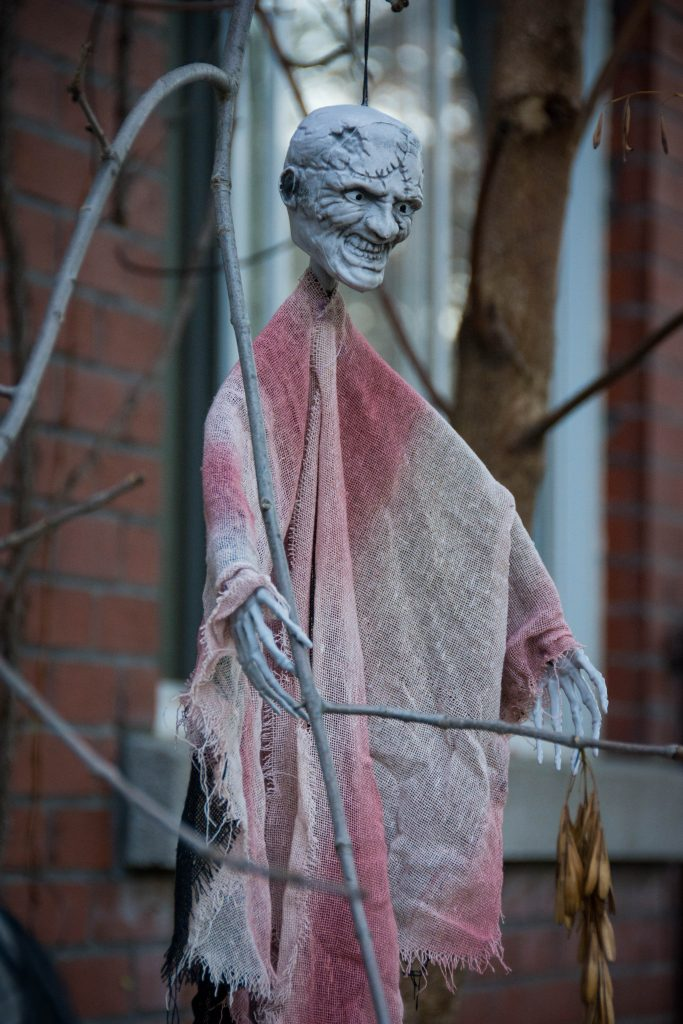 hanging monster man outdoor Halloween decor Montreal lifestyle blog