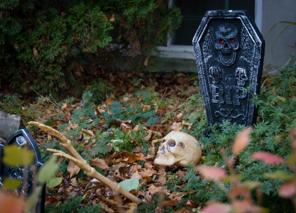 skeleton tombstone outdoor Halloween decor Montreal lifestyle blog