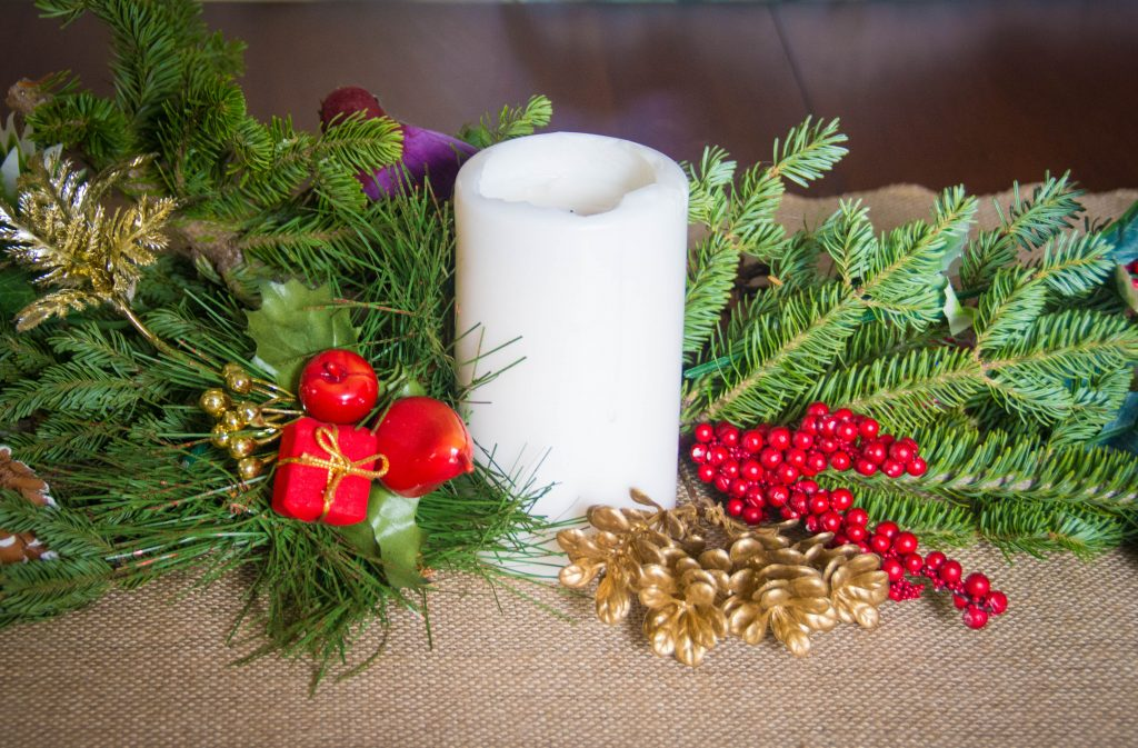 candle holly berries evergreen fir tree centrepiece easy Christmas decor Montreal lifestyle fashion beauty blog